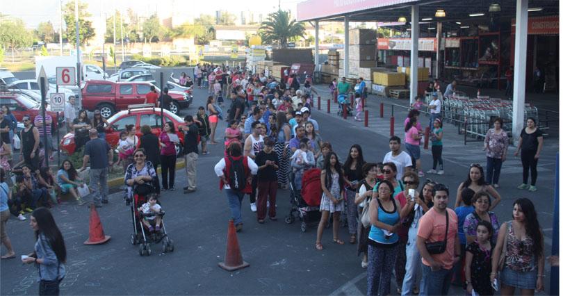 Pasadas las 20:30 horas, nuestra comunidad seguía esperando su turno para depositar.